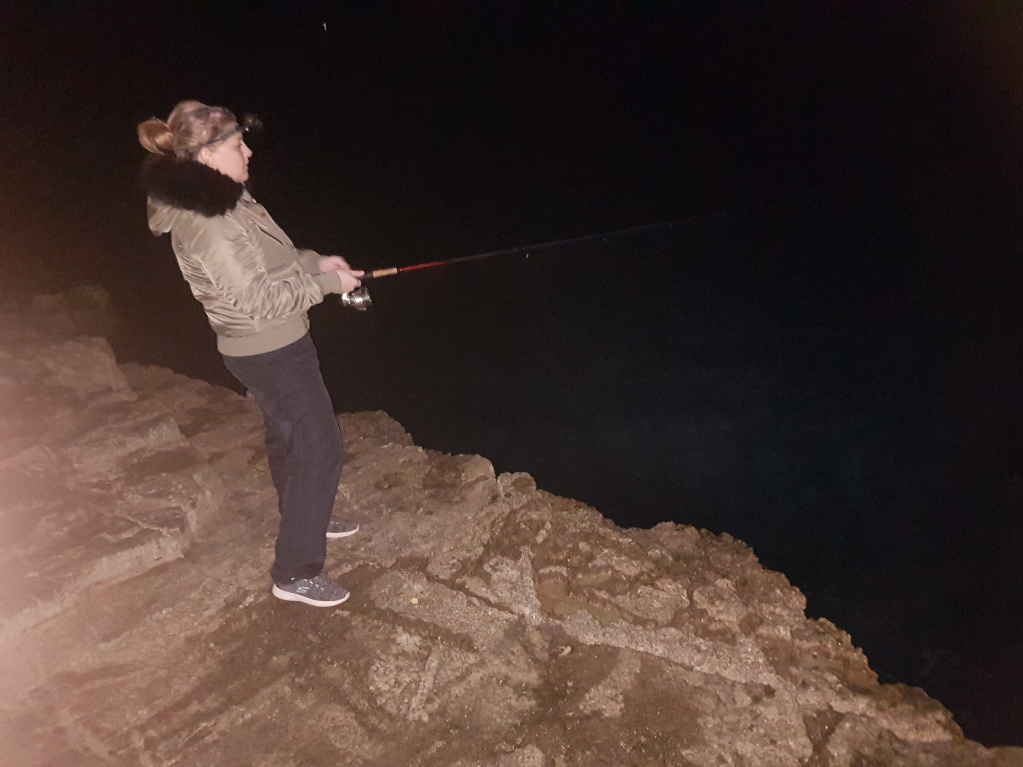 CATCHING SQUID FROM SHORE IN PULA