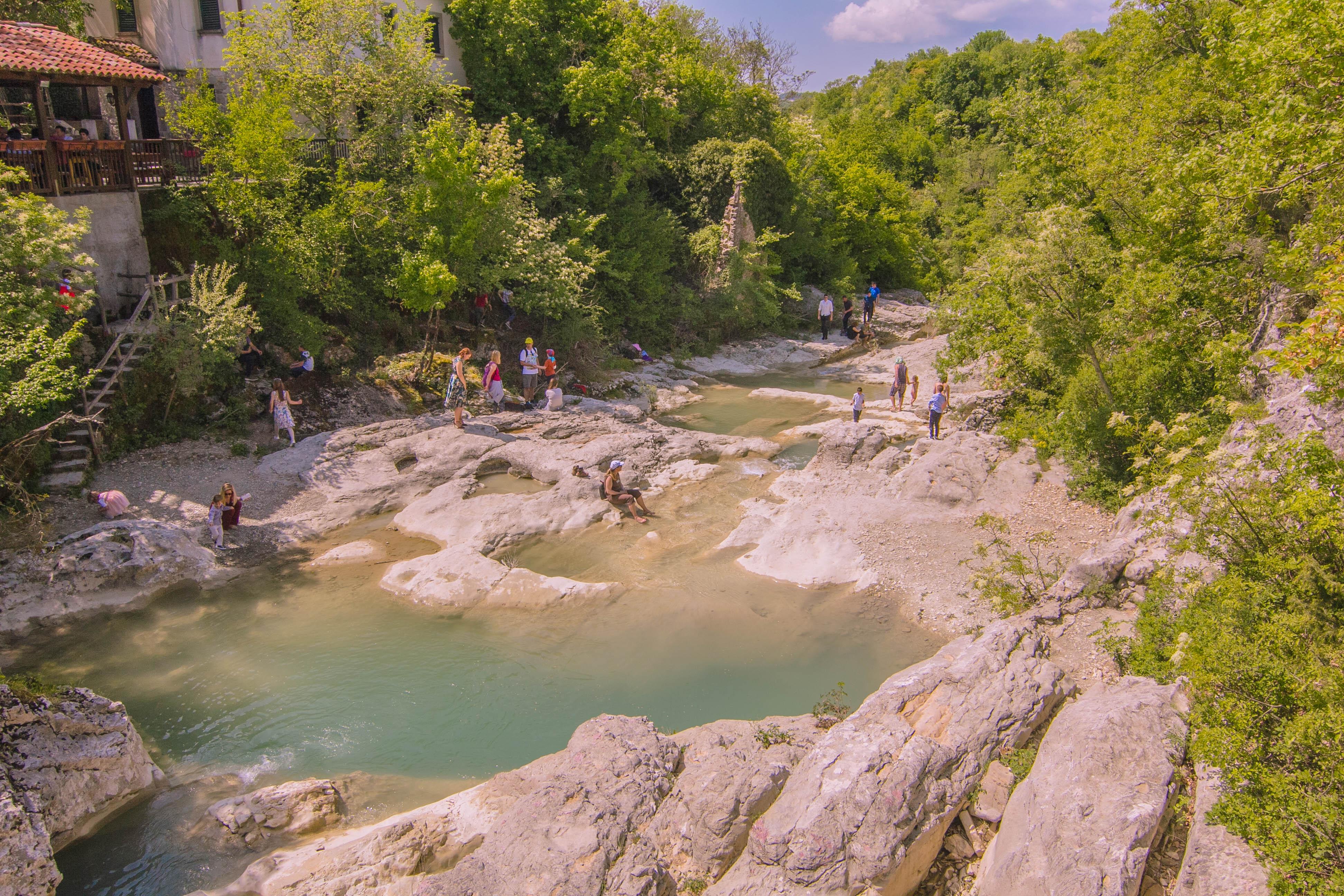 KONOBA KOTLIĆ ON GORGEOUS SURROUNDINGS ABOVE WATERFALLS IN KOTLI